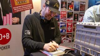 Phil Hellmuth signs copy