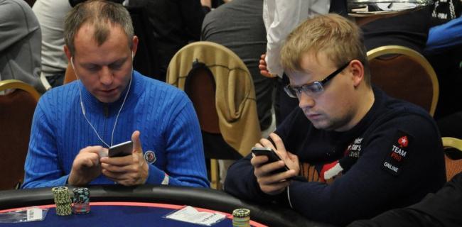joueurs de poker et smartphones