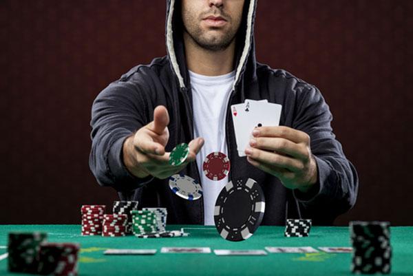 bluffare a poker